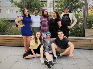 Eine diverse Gruppe von jungen Journalistinnen und Journalisten reihen sich für ein Gruppenfoto auf.
