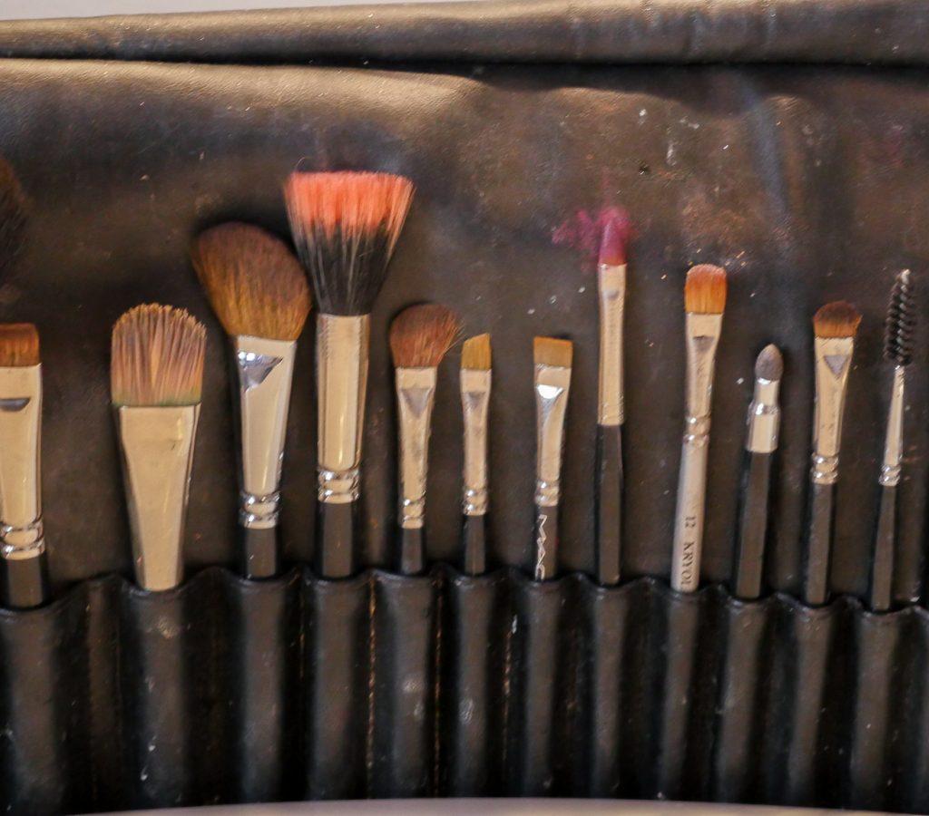 Auf dem Bild ist eine Kosmetiktasche mit verschiedenen Pinseln zu sehen.